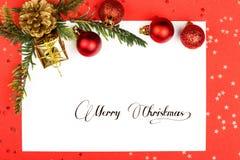 Kerstmisballen en spar en document Stock Afbeeldingen
