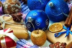 Kerstmisballen, giftdozen, gedroogd fruit, kaneel en koekjes Royalty-vrije Stock Foto's