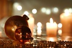 Kerstmisballen met bezinning Stock Afbeelding