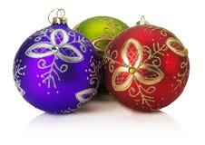 Kerstmisballen met gouden die ornament op witte backg wordt geïsoleerd Royalty-vrije Stock Foto