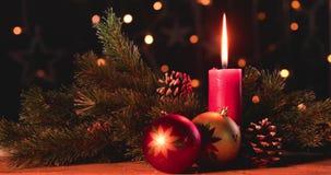 Kerstmisballen met kaars en denneappels stock video