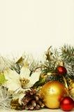 Kerstmisballen met klatergoud en kunstmatige poinsettia Royalty-vrije Stock Foto's