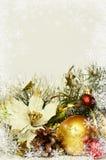 Kerstmisballen met klatergoud en kunstmatige poinsettia Royalty-vrije Stock Fotografie