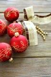 Kerstmisballen met lint Stock Foto