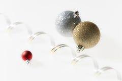 Kerstmisballen met lint Royalty-vrije Stock Foto's