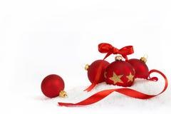 4 Kerstmisballen met lint Stock Foto's