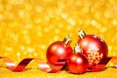 Kerstmisballen met lint op abstracte achtergrond Stock Foto's