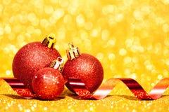 Kerstmisballen met lint op abstracte achtergrond Royalty-vrije Stock Afbeelding