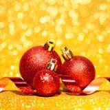 Kerstmisballen met lint op abstracte achtergrond Royalty-vrije Stock Foto