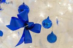Kerstmisballen met lint op abstracte achtergrond Stock Afbeelding