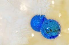 Kerstmisballen met lint op abstracte achtergrond Royalty-vrije Stock Foto's