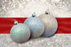 Kerstmisballen met lint op glanzende achtergrond Royalty-vrije Stock Afbeeldingen