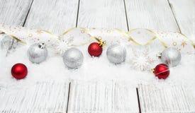 Kerstmisballen met lint op sneeuw Stock Foto