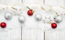 Kerstmisballen met lint op sneeuw Stock Fotografie