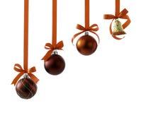 Kerstmisballen met linten en boog op wit stock afbeelding