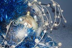 Kerstmisballen met slingersclose-up Stock Fotografie
