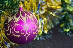 Kerstmisballen met slingersclose-up Stock Afbeelding