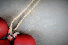 Kerstmisballen met steenachtergrond en tekstruimte Royalty-vrije Stock Afbeeldingen