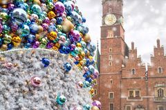 Kerstmisballen met weerspiegelde oude stadsgebouwen, op de achtergrond van het Oude Stadhuis van Wroclaw royalty-vrije stock afbeelding