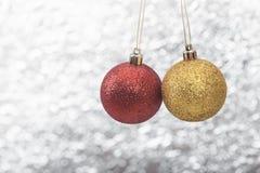Kerstmisballen op abstracte bokeh lichte achtergrond Royalty-vrije Stock Foto