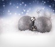 Kerstmisballen op abstracte de winterachtergrond Stock Foto