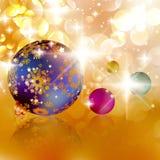 Kerstmisballen op abstracte gouden lichten. Royalty-vrije Stock Foto's