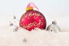 Kerstmisballen op abstracte sneeuwachtergrond Stock Foto