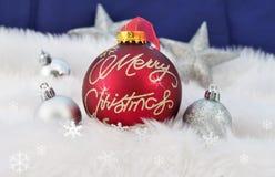 Kerstmisballen op abstracte sneeuwachtergrond Royalty-vrije Stock Foto