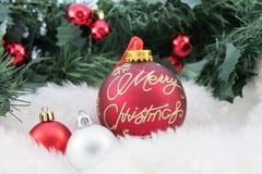 Kerstmisballen op abstracte sneeuwachtergrond Stock Foto's