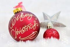 Kerstmisballen op abstracte sneeuwachtergrond Royalty-vrije Stock Fotografie