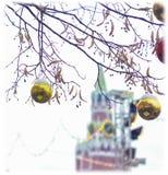 Kerstmisballen op de achtergrond van de Spasskaya-toren van het Kremlin Stock Foto