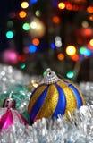 Kerstmisballen op de achtergrond van gekleurde lichten Royalty-vrije Stock Afbeeldingen