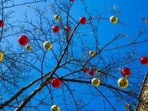 Kerstmisballen op de boom tegen hemel 2 Stock Afbeeldingen