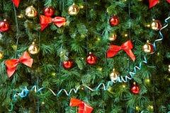 Kerstmisballen op de Kerstboom Stock Afbeeldingen