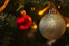 Kerstmisballen op de Kerstboom Stock Foto