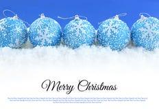 Kerstmisballen op de sneeuw Stock Foto's