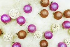 Kerstmisballen op een lichte achtergrond Stock Foto's