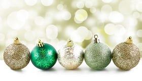 Kerstmisballen op een rij met lichte en feestelijke achtergrond Stock Afbeelding