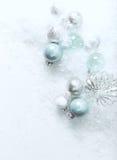 Kerstmisballen op een witte steenachtergrond met sneeuw Royalty-vrije Stock Afbeelding