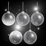 Kerstmisballen op een zwarte achtergrond met zilveren decoratie Stock Afbeeldingen