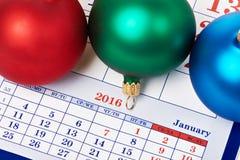 Kerstmisballen op kalender Stock Foto