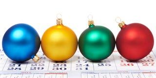 Kerstmisballen op kalender Stock Fotografie