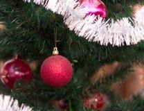 Kerstmisballen op Kerstboom Stock Foto