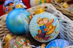 Kerstmisballen op Kerstmismarkt in Moskou Stock Fotografie