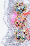 3 Kerstmisballen op lichte achtergrond Royalty-vrije Stock Foto