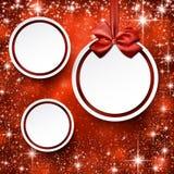 Kerstmisballen op rode achtergrond. Royalty-vrije Stock Afbeeldingen
