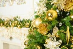Kerstmisballen op spar Nieuwjaarvakantie en Kersttijdviering royalty-vrije stock afbeelding