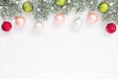 Kerstmisballen, parels en blauwe sparren op de bovenkant van het glanzen wh Royalty-vrije Stock Foto