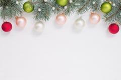 Kerstmisballen, parels en blauwe sparren op de bovenkant van wit hout Royalty-vrije Stock Afbeelding