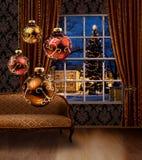 Kerstmisballen in ruimte, het venster van de stadsmening Stock Afbeelding